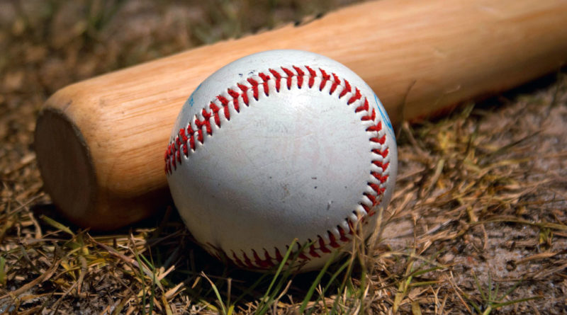 Baseball, mazza e pallina su erba