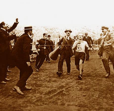 La maratona olimpica di Londra nel 1908 - Dorando Pietri, stremato, viene accompagnato al traguardo