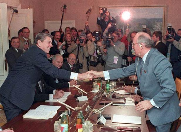 Reagan e Gorbaciov nel 1985 (Summit di Ginevra)