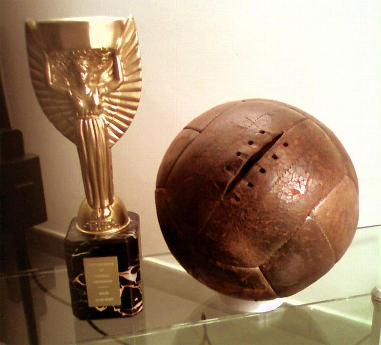Uruguay 1930: la coppa e il pallone di cuoio della finale