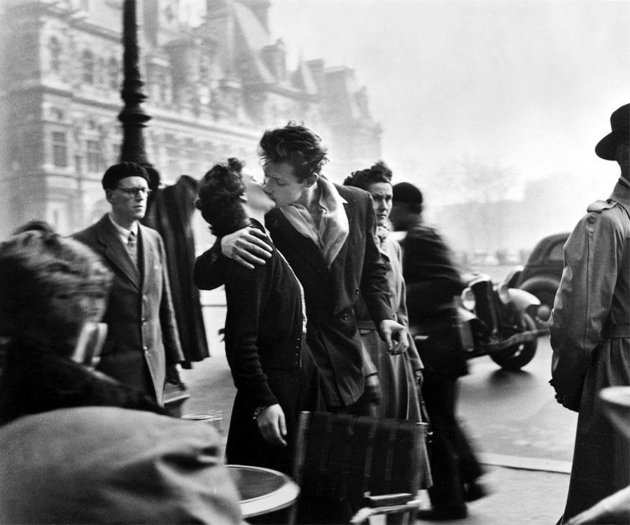 """Robert Doisneau, """"Bacio davanti all'hotel De Ville"""" (Le Baiser de l'hotel De Ville), 1950"""