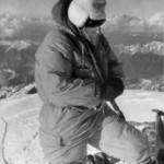 Achille Compagnoni in vetta con la maschera dell'erogatore di ossigeno