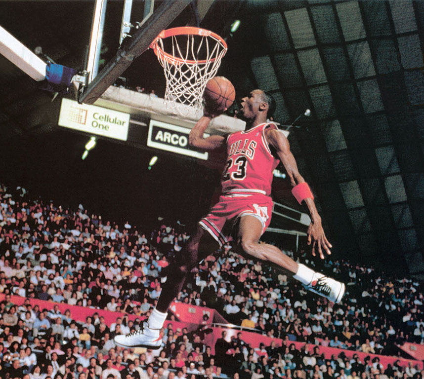 Una spettacolare fotografia di Michael Jordan durante una schiacciata
