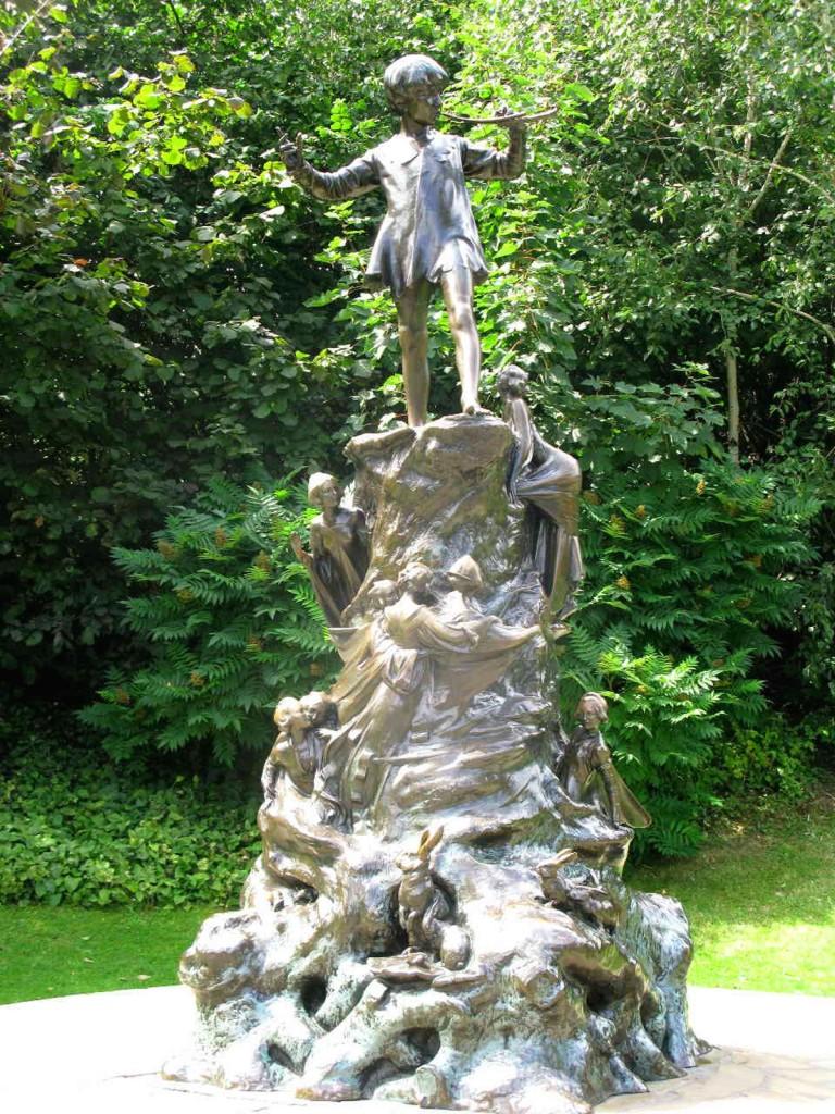 La statua di Peter Pan nei Giardini di Kensington a Londra