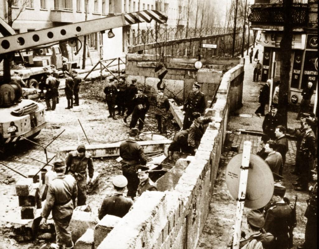Una foto del Muro di Berlino in costruzione