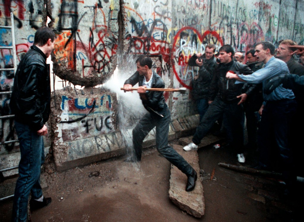 Una foto che ritrae le prime picconate simbolo della caduta del Muro di Berlino