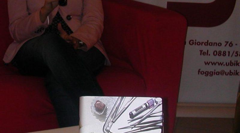 """Alessia Gazzola e la copertina del suo libro """"Un segreto non è per sempre"""" (2012)"""
