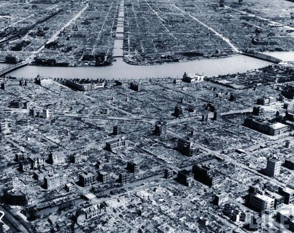 Una foto di Hiroshima rasa al suolo dalla bomba atomica