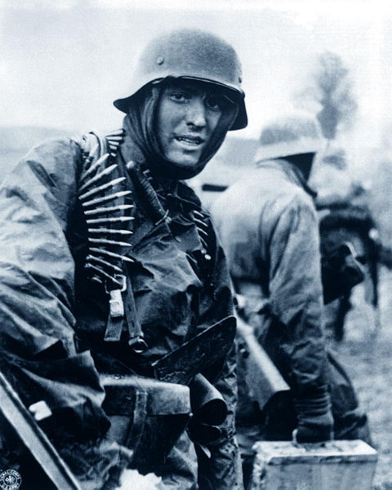 Soldati appartenenti alle Waffen-SS durante i primi giorni dell'offensiva delle Ardenne