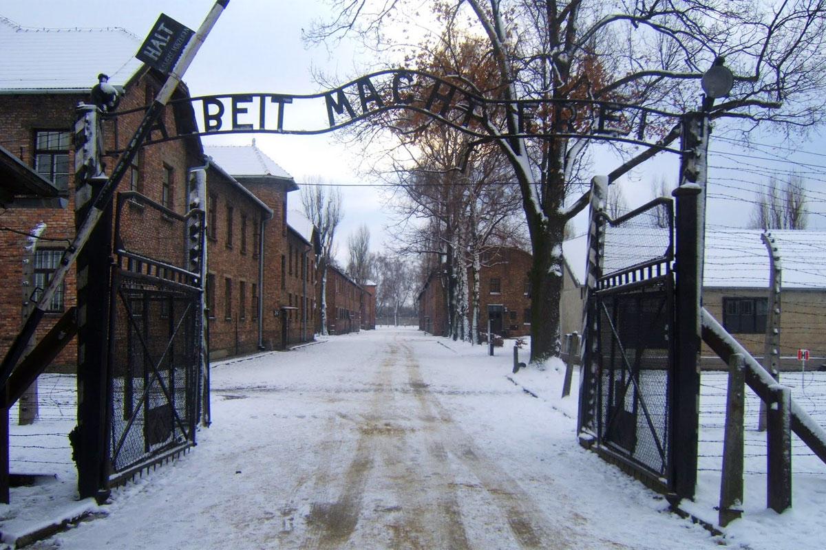 Auschwitz, una foto recente del cancello di ingresso