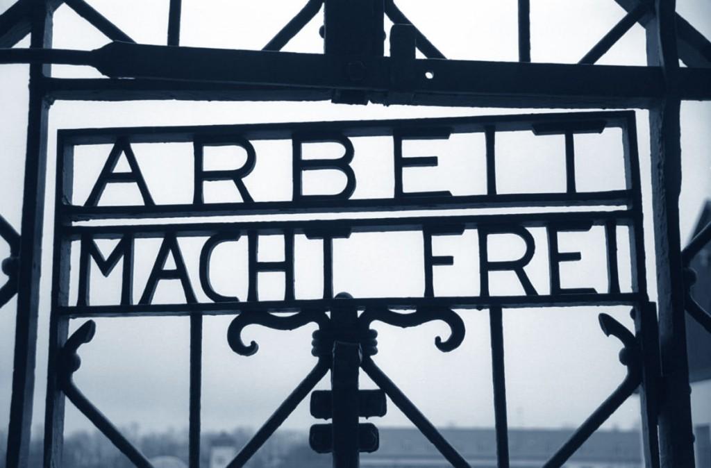 """Auschwitz: """"il lavoro rende liberi"""" (arbeit macht frei)"""