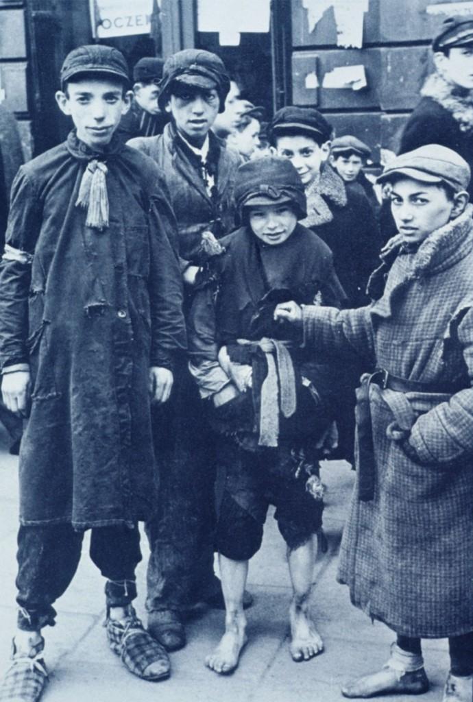 Un gruppo di bambini nel ghetto di Varsavia