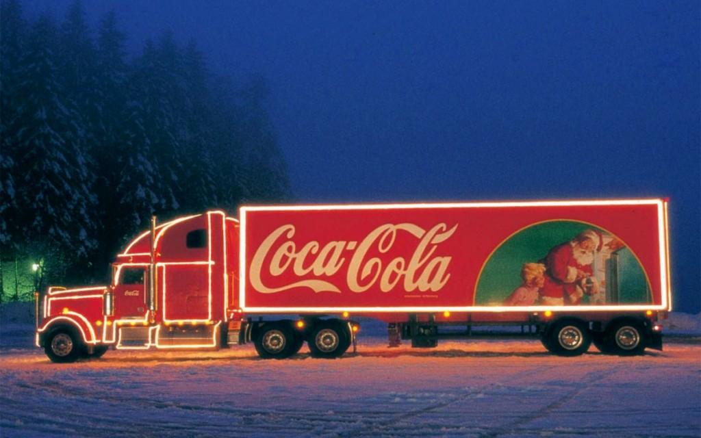 Il camion natalizio con il brand Coca-Cola