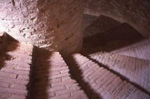 scale nei castelli: scale di un castello che salgono in senso orario