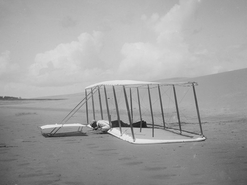 1901 - Wilbur Wright a bordo dell'aliante atterrato