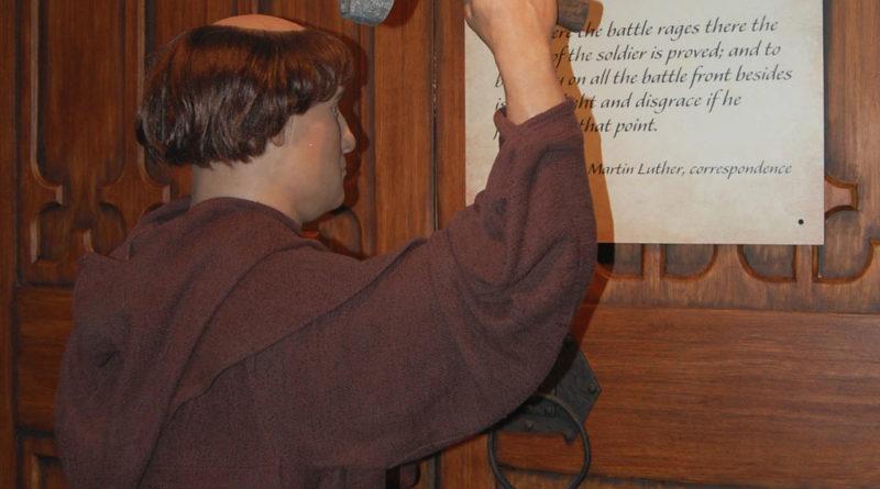 Martin Lutero rappresentato mentre affigge le sue 95 tesi
