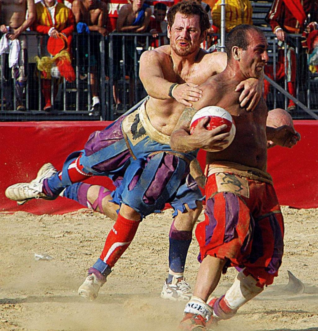 Rivisitazione moderna dell'antico Calcio Fiorentino
