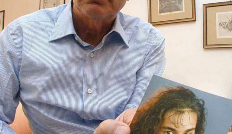 Beppino Englaro con una foto di Eluana