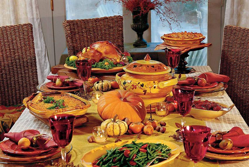 Il menu tipico del Giorno del Ringraziamento: Tavola imbandita per il Giorno del Ringraziamento