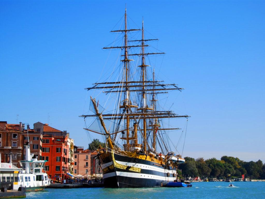 La Amerigo Vespucci ormeggiata a Venezia