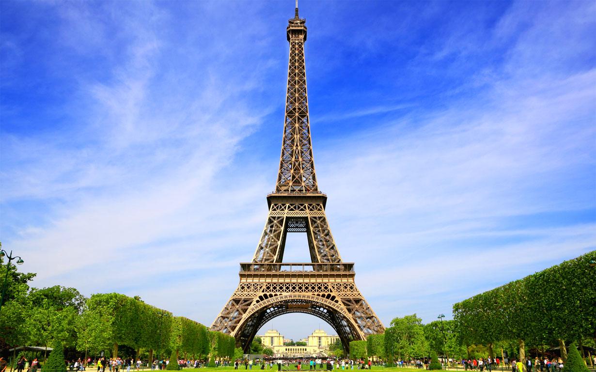 La celebre torre Eiffel, simbolo di Parigi e della Francia