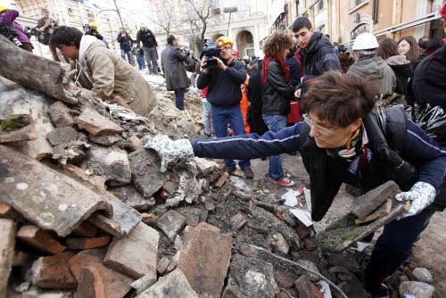 Si scava tra le macerie del terremoto in centro a L'Aquila