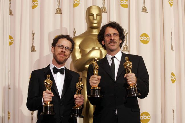 I fratelli Fratelli Coen con i mano gli Oscar vinti