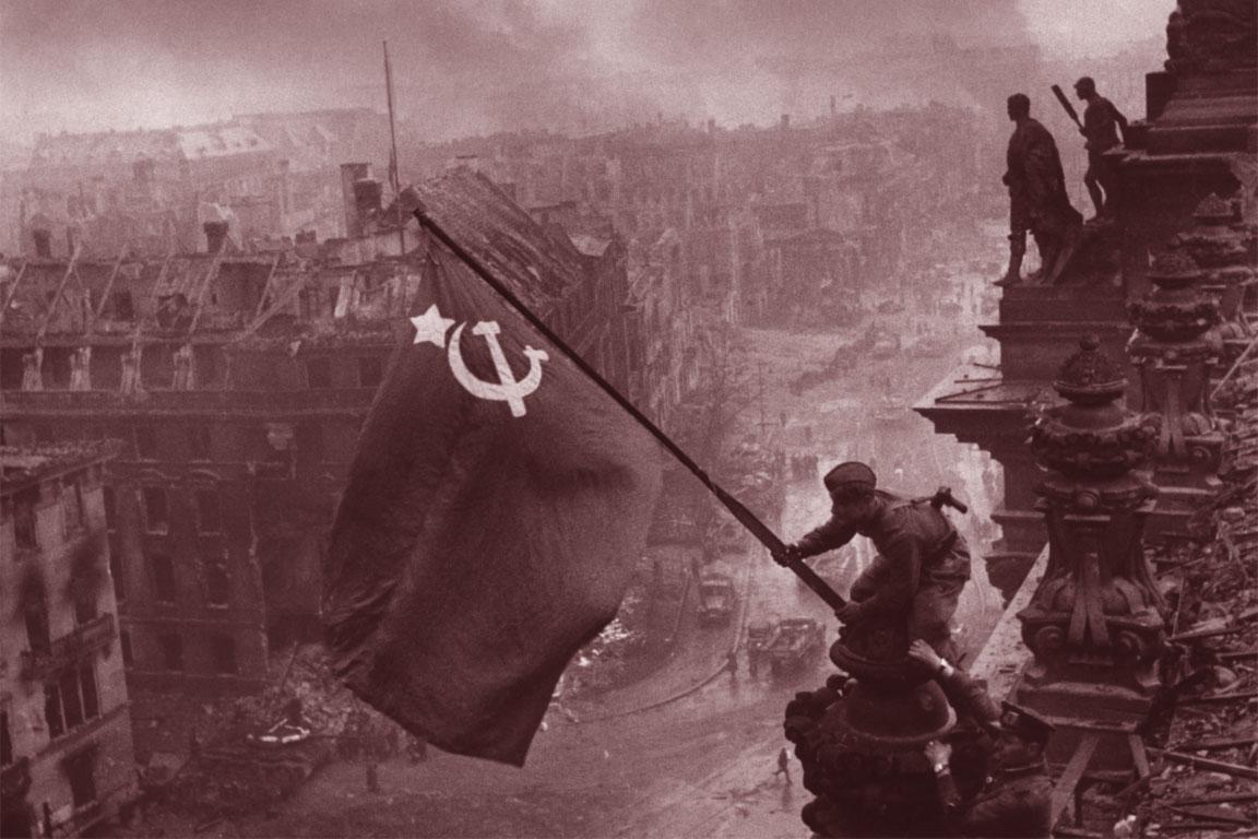 Soldati russi espongono la bandiera sovietica al termine dei combattimenti per la conquista di Berlino.