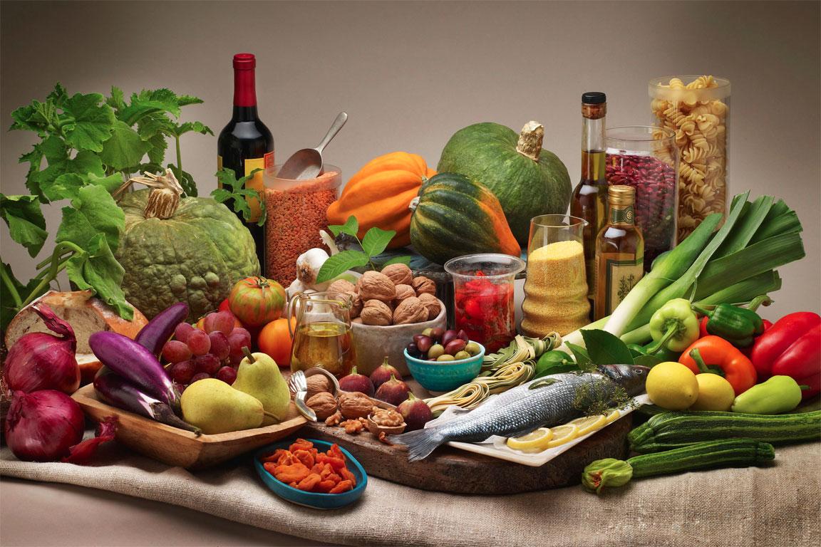 Una tavola imbandita con i cibi simbolo della Dieta Mediterranea