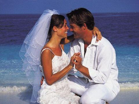Luna di miele: sposi sulla spiaggia