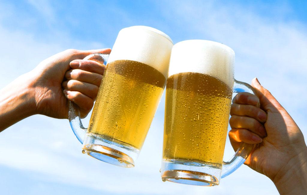 Brindare con boccali di birra