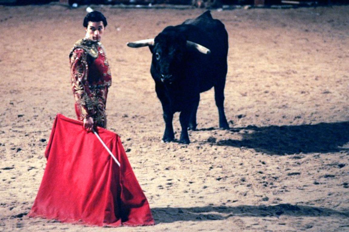 Corrida: toro e torero con drappo rosso