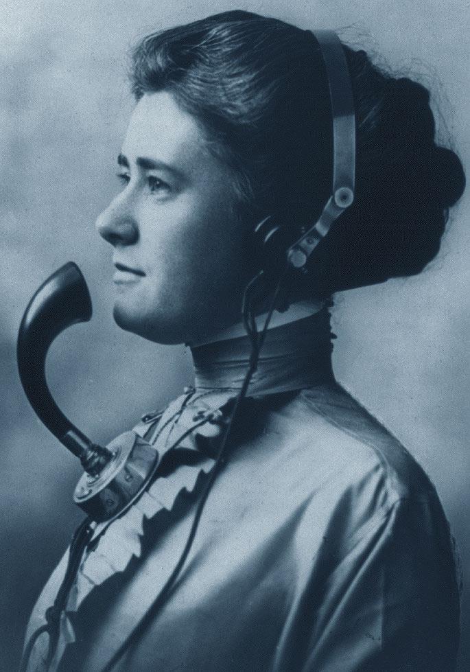 Centralinista al telefono con cuffie e microfono