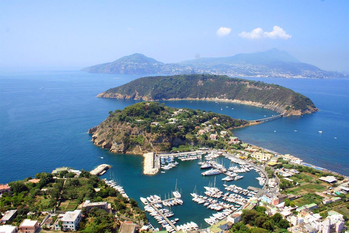 L'isola di Arturo, di Elsa Morante, è ambientato a Procida