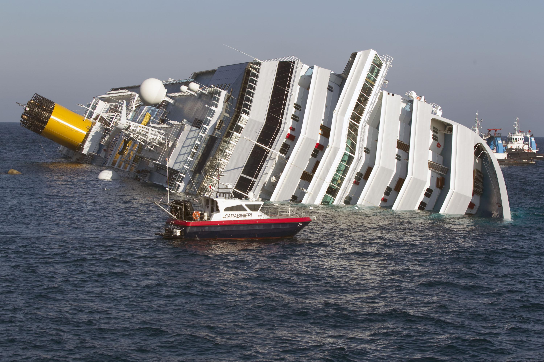 La Costa Concordia rovesciata e inclinata su un fianco