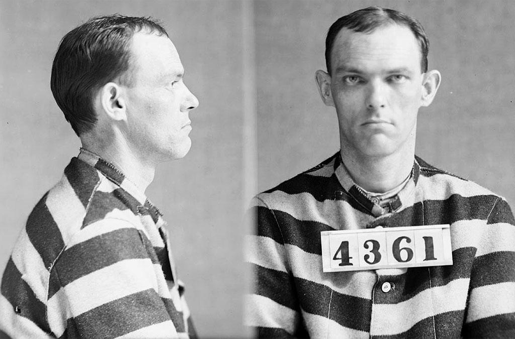 Un esempio che mostra un carcerato vestito a strisce bianche e nere