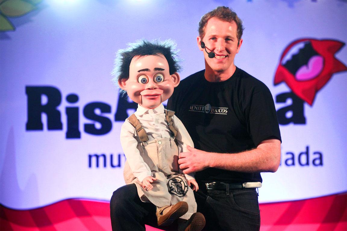 Un ventriloquo con il suo pupazzo