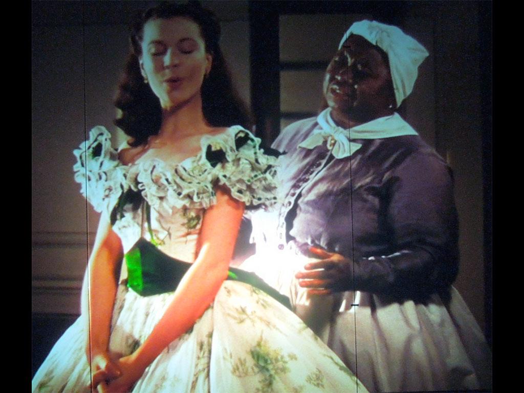 Mami allaccia il corsetto a Rossella O' Hara