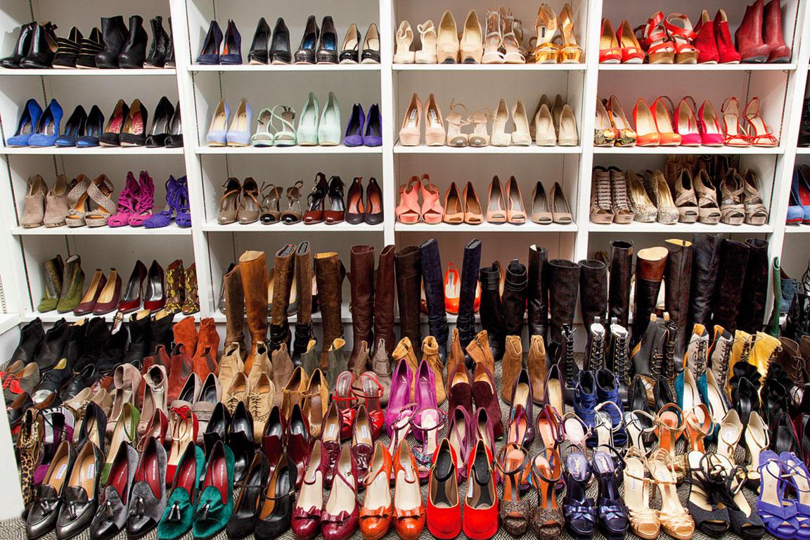 Numerosi modelli di scarpe femminili
