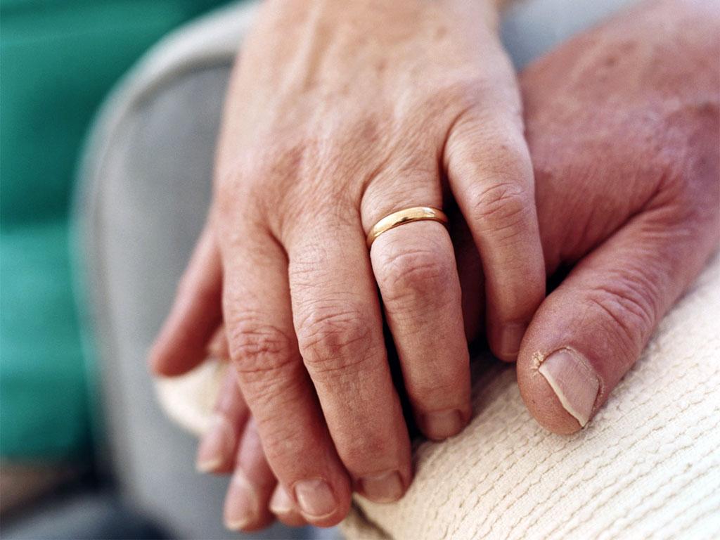 mano nella mano - mani anziane