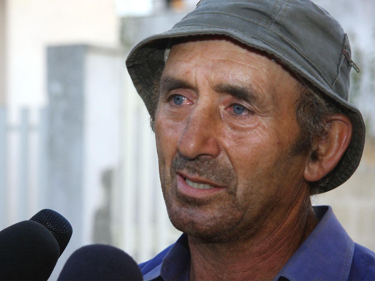 Una foto di Michele Misseri intervistato dai media