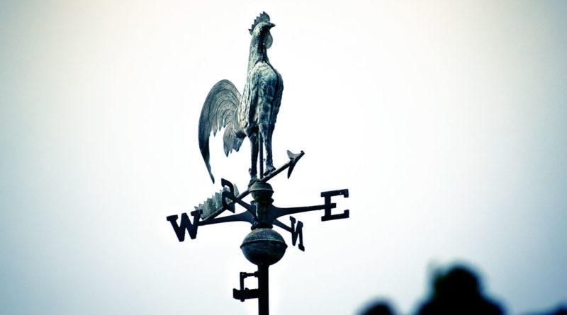 Perché la tradizionale banderuola del vento è a forma di gallo?