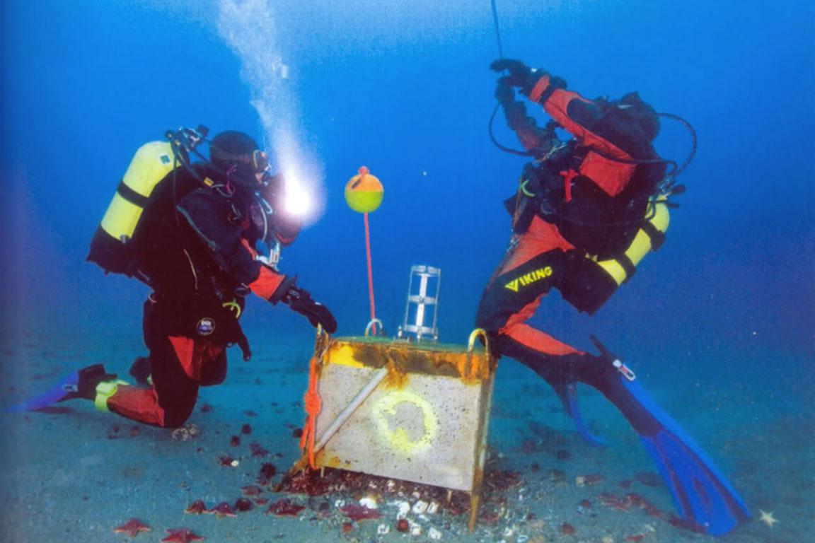 Sommozzatori recuperano un mareografo