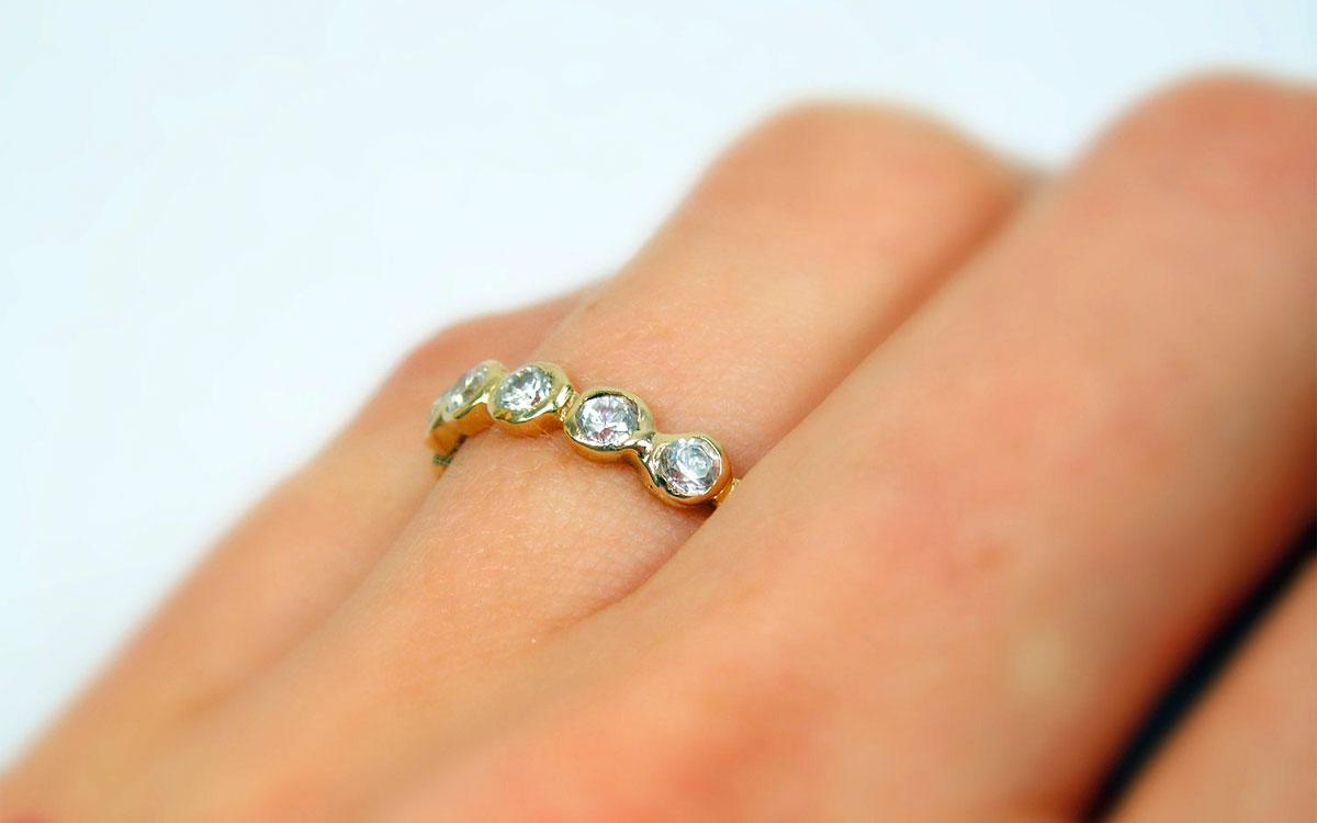 Un anello in oro con zirconi