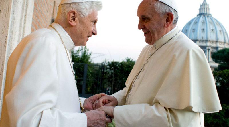 Papa e Pontefice - Papa Benedetto XVI con Papa Francesco