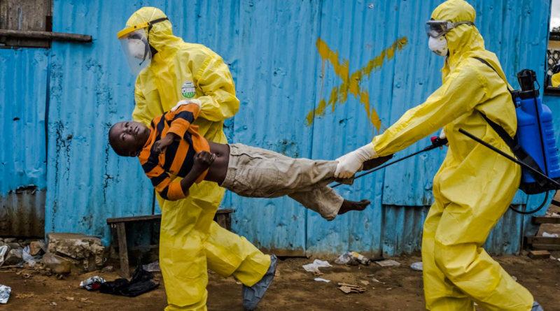 Ebola - Liberia - Un bambino malato viene trasportato per essere isolato in quarantena - 2014