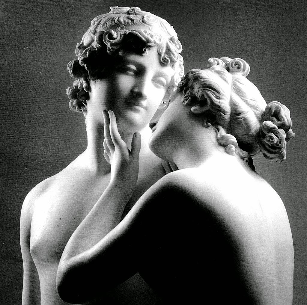 Canova raffigura i due amanti mentre sono immersi in un momento di profonda intimità: i due sembrano aver perso il contatto diretto con la realtà, presentano le labbra socchiuse e i volti reclinati e si guardano dolcemente negli occhi