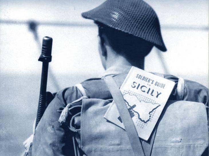 Lo sbarco in Sicilia - soldato con guida