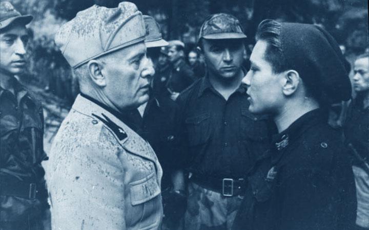 Mussolini incontra un giovane milite della Repubblica Sociale Italiana