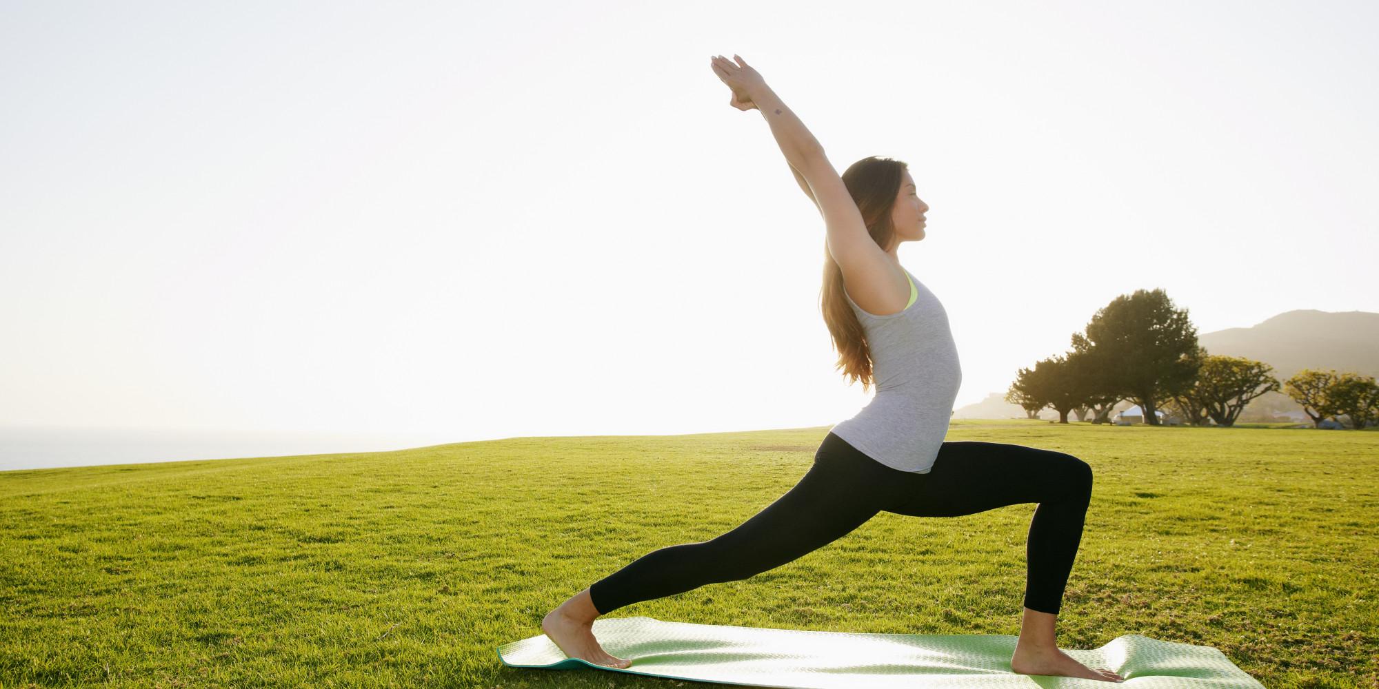 Una donna pratica yoga al parco